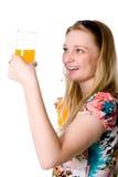 Fille en bonne santé heureuse avec un verre d'orangeade photo stock