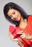 Fille en cadeau se tenant rouge de coeur Images libres de droits