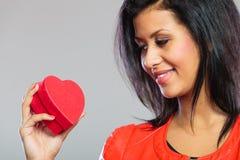 Fille en cadeau se tenant rouge de coeur Photographie stock libre de droits
