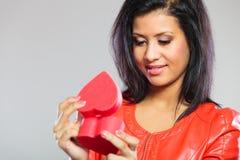 Fille en cadeau se tenant rouge de coeur Photos libres de droits