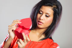 Fille en cadeau se tenant rouge de coeur Photo stock