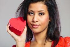 Fille en cadeau se tenant rouge de coeur Photos stock