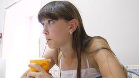 Fille en café et cocktail potable par une paille clips vidéos
