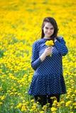 Fille en fleurs jaunes Photographie stock libre de droits