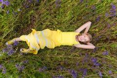 Fille en fleurs pourpres dehors en été Photographie stock libre de droits