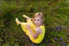 Fille en fleurs pourpres dehors en été Photos libres de droits