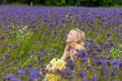 Fille en fleurs pourpres dehors en été Photo libre de droits