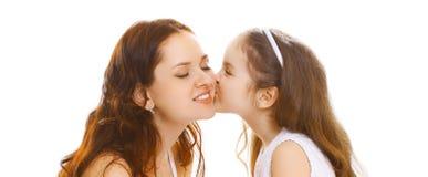 Fille en gros plan de petit enfant de portrait embrassant doucement sa mère heureuse sur le blanc photo libre de droits