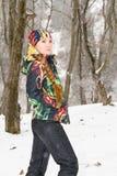 Fille en hiver neigeux à l'extérieur photo stock