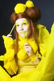 Fille en jaune. Image stock