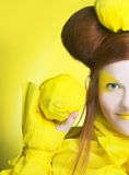 Fille en jaune. Image libre de droits