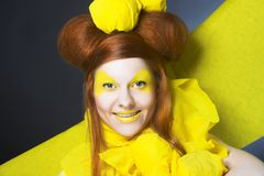 Fille en jaune. Images stock