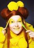 Fille en jaune. Photos libres de droits