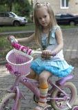 Fille en la bicyclette photo stock