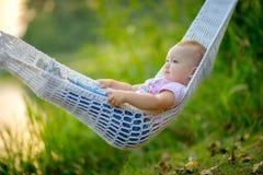 Fille en parc à la rivière Photographie stock libre de droits