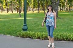 Fille en parc Photo stock