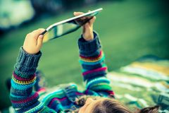 Fille en parc avec la Tablette Images stock
