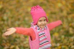 Fille en parc d'automne photos stock