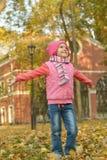 Fille en parc d'automne photos libres de droits