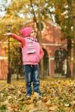 Fille en parc d'automne images libres de droits