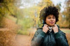 Fille en parc d'automne, regardant loin Photographie stock libre de droits
