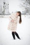 Fille en parc d'hiver Photographie stock