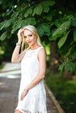 Fille en parc dans une robe blanche photographie stock libre de droits