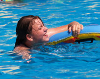 Fille en piscine Images libres de droits