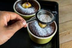Fille en poudre avec les desserts fraîchement cuits au four de sucre images libres de droits