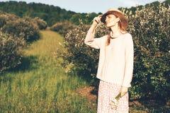 Fille en Provence utilisant un chapeau photo libre de droits