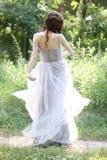 Fille en soleil de chemin en bois de danse de robe photos libres de droits