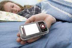 Fille en sommeil avec le téléphone Photo stock