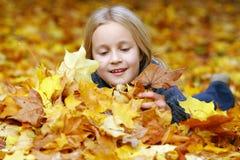 Fille en stationnement d'automne photo libre de droits