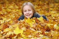 Fille en stationnement d'automne photographie stock libre de droits