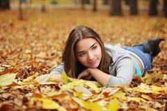 Fille en stationnement d'automne Images libres de droits