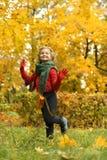 Fille en stationnement d'automne images stock