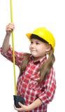 Fille en tant que travailleur de la construction avec le ruban métrique Photo stock