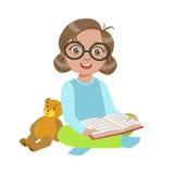 Fille en verres avec Teddy Bear Reading un livre, une partie d'enfants aimant lire la série d'illustrations de vecteur Images stock
