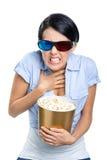 Fille en verres 3D observant le cinéma avec le maïs éclaté images stock