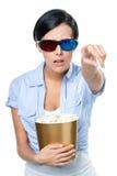 Fille en verres 3D observant le film avec le maïs éclaté photos stock