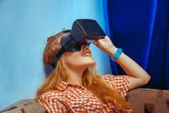 Fille en verres de réalité virtuelle Photo stock
