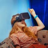 Fille en verres de réalité virtuelle Images stock