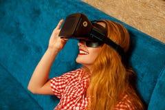 Fille en verres de réalité virtuelle Photos stock
