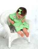 Fille en vert et lapin photographie stock