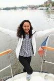 Fille en voyage de bateau à Prague Image stock
