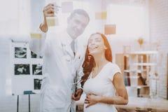 Fille enceinte au gynécologue Doctor photo stock