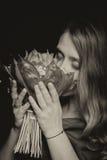 Fille enceinte avec des fleurs Images stock