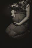 Fille enceinte avec des fleurs Photo libre de droits