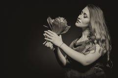 Fille enceinte avec des fleurs Images libres de droits