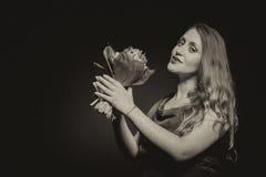 Fille enceinte avec des fleurs Photos stock